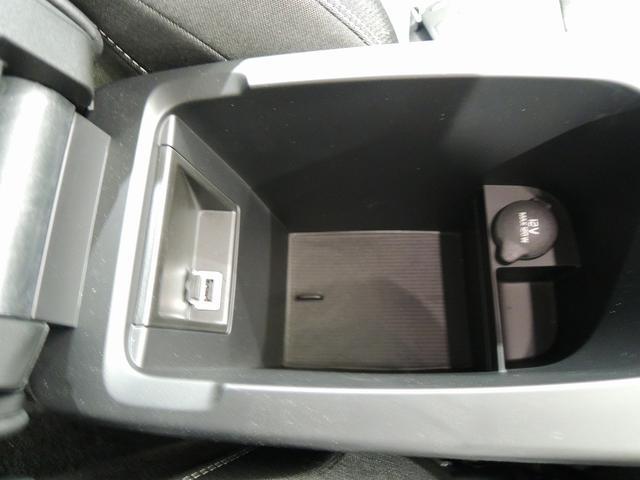 前席アームレストコンソール内に12V電源と、USBポートがございます。