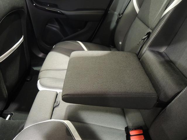 リアシートのセンターアームレストです。リアシートにお座りの方も、長距離ドライブが快適です。