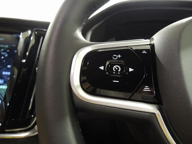 ステアリングスイッチ左側は、ACCスイッチ。右側はオーディオコントロール、ボイスコントロール、一部ナビゲーション操作が可能です。