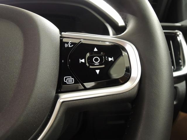 右側のステアリングスイッチは、ボイスコントロール、オーディオコントロールスイッチ