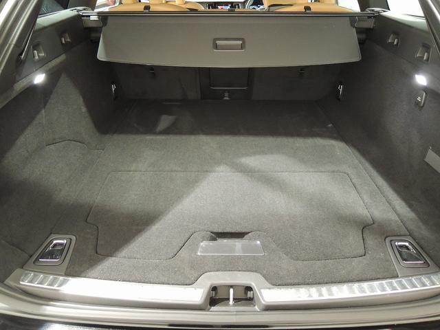 キャディーバックや、スーツケースをスマートに載せられれるトランクスペース。パワーテールゲートも装着されています。