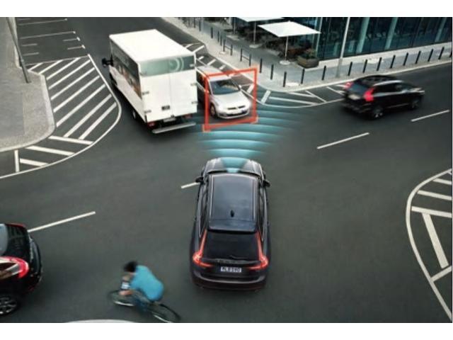 インターセクション・サポート(右折時対向車検知機能)交差点を右折しようとしている際に対向車の動向を監視し、対向車と衝突する危険度が高いと予測された場合は被害軽減ブレーキを作動させます。