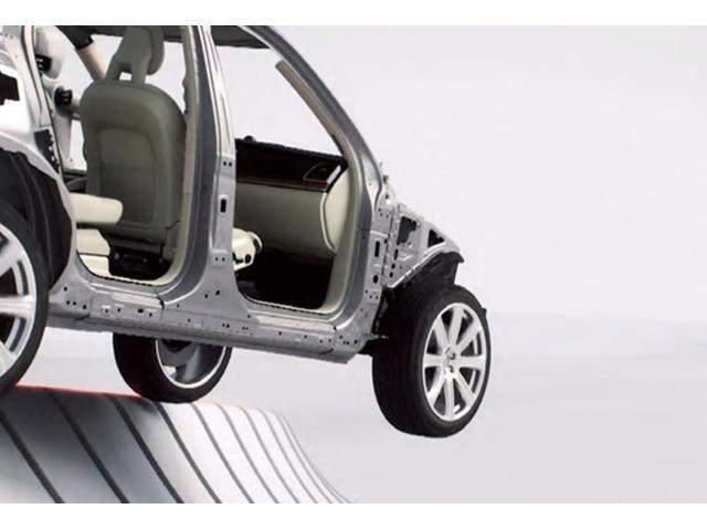 道路逸脱を回避できないと判断された場合、衝撃に備えてシートベルトを締めつけて安全な着座姿勢を確保するとともに、エアバッグや衝突時ブレーキペダルリリース機能などと連携し、乗員が負傷するリスクを低減します