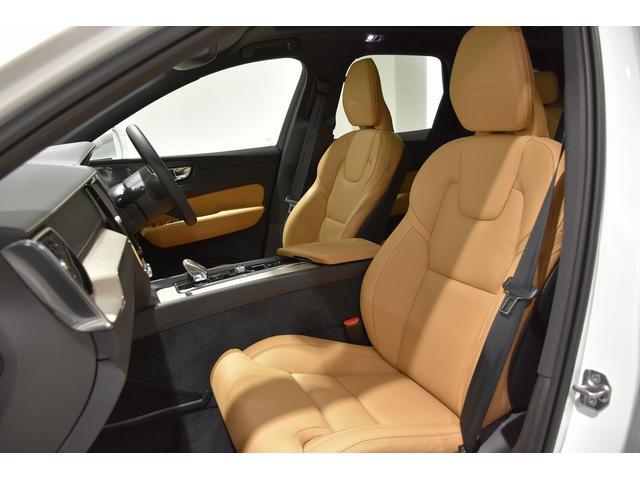 車内を明るくするチャコールカラーのシート。パフォ―テッドファインナッパレザー。