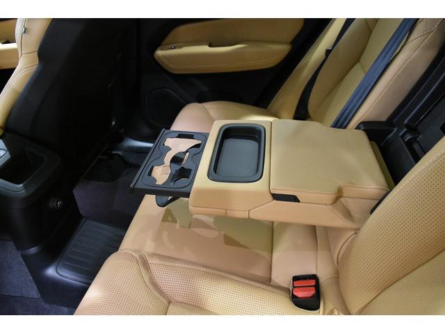 リア席用アームレストと2カップホルダーを出した状態です。ロングドライブでも、皆さん快適です。