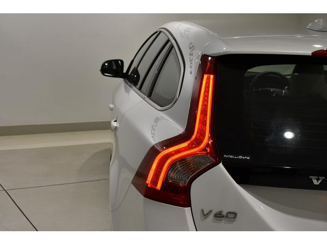 ひと目でボルボと分かるテールレンズは、後方からの視認性に優れ、事故防止にも一役買います。