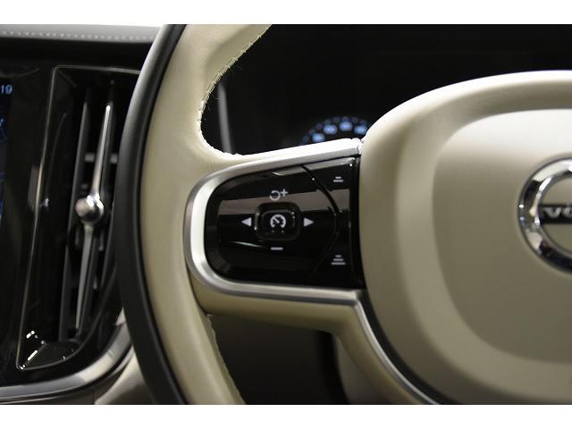 オートパイロットやクルーズコントロールはステアリングスイッチで簡単に操作できます。自動追従式なので長距離ドライブが楽になります