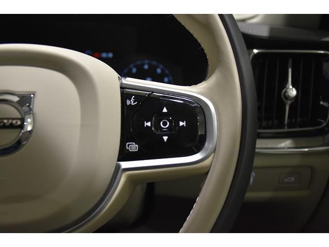右側のステアリングスイッチは、オーディオコントロール、音声によりナビやオーディオを操作できる、ボイスコントロールのスイッチが配置されます。
