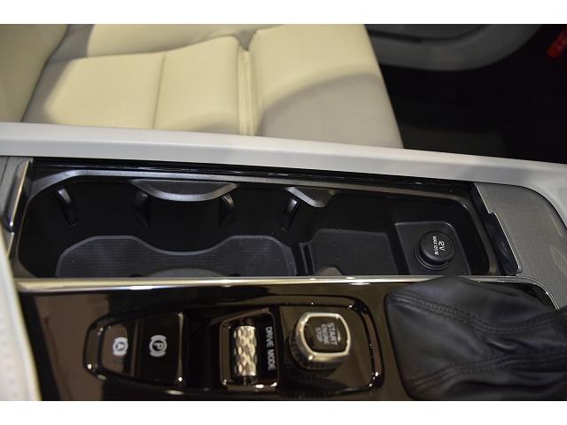 小物入れにもなる前席用2カップホルダー 12V電源も装備されます