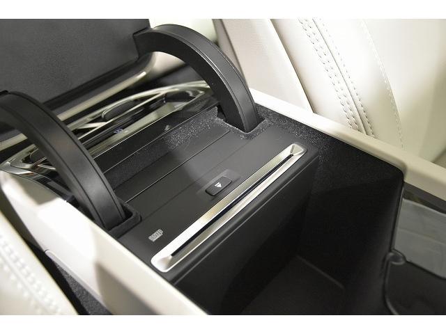 前席アームレスト内に、CD挿入口がございます。USBポートも装備されています。