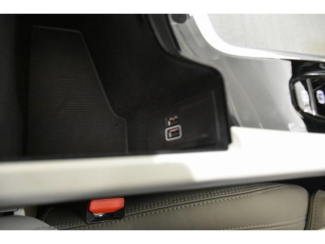 前席アームレスト内には、USBポートが2つ装備されます。