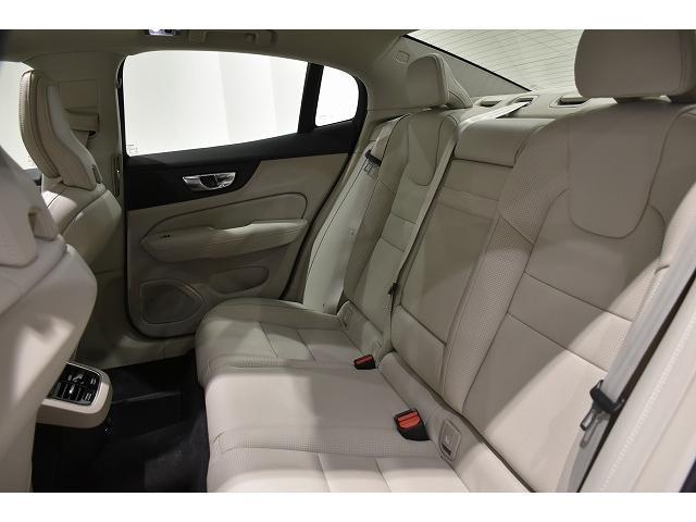 リアシートのシートバックは十分な高さがあり、安全性と疲労軽減にこだわったしーとです。