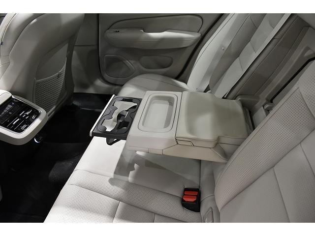 リア席用アームレスト内には、2カップホルダーと小物入れが装備されます。
