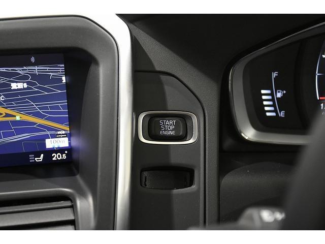 エンジンスタート/ストップのスイッチはメーター横にございます。