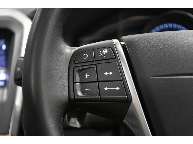 アダプティブクルーズコントロールスイッチはステアリング左側のスイッチで操作します。ステアリングから手を放さずに簡単に設定できます。