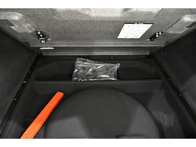 トランクフロアボード下にも収納スペースがございます。