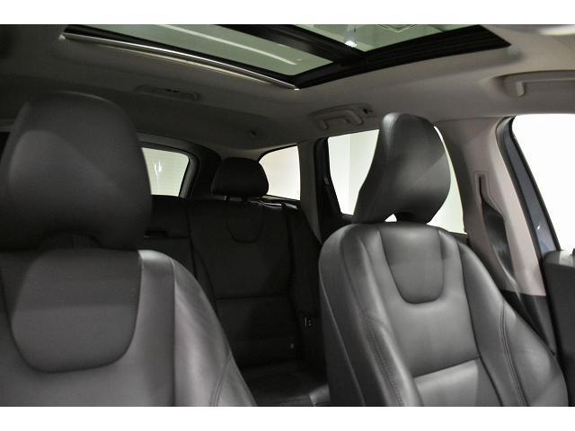 パノラマガラスサンルーフで明るい車内。ヘッドクリアランスも十分です。