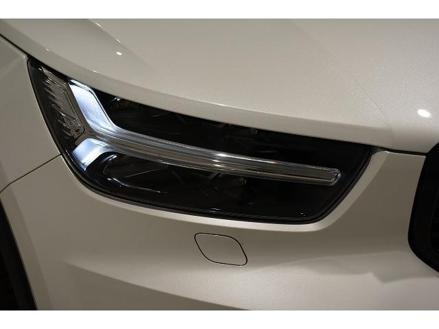 良好な視界を確保するとともに昼夜を問わずXC40を強く印象付ける、ボルボを象徴するTシェイプのデイタイム・ランニング・ライトを内蔵したLEDヘッドライト。