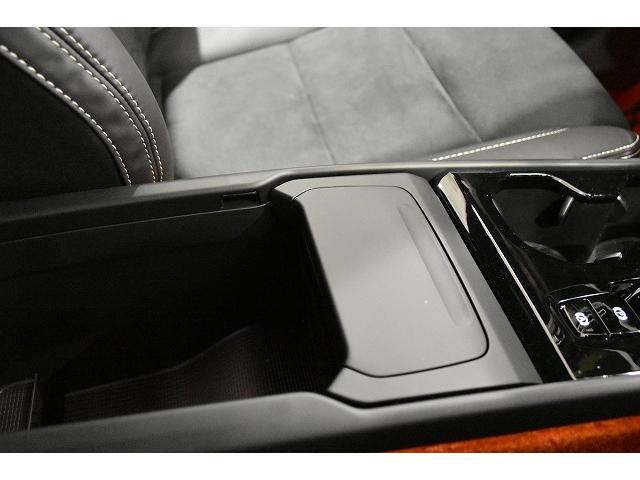 XC40はアームレスト前方にストレージボックスが装備されます