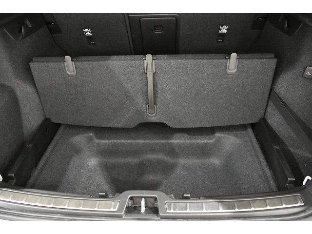 リアトランクのフロアボード下にも収納スペースがございます。フロアボードを折りたたむと、お買い物袋を下げられるフックが出てきます。