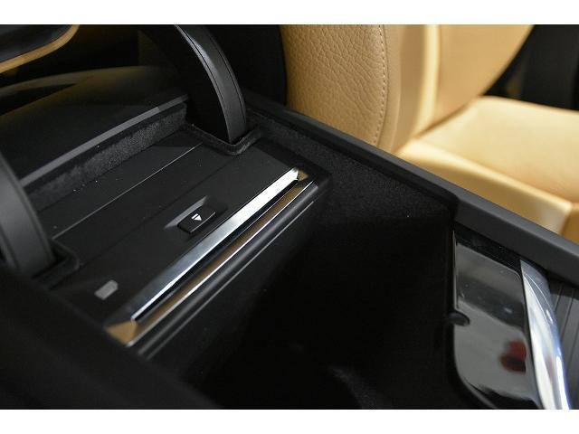 CD挿入口、USBポートはフロントアームレスト内にございます。