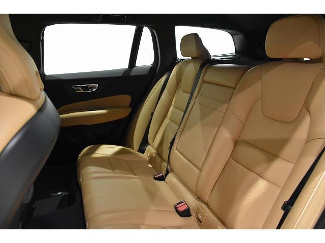 ボリュームのあるしっかりとしたレザーシート。レッグスペースも十分あり長距離ドライブの疲労も軽減!