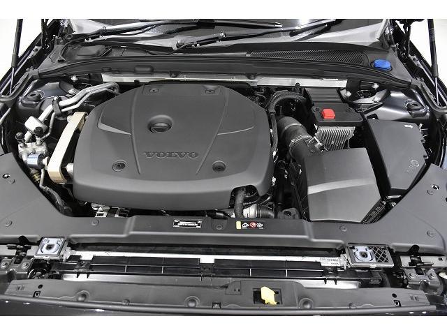 直噴4気筒DOHC16バルブガソリンエンジン。インタークーラー付きターボ。254ps(カタログ値)