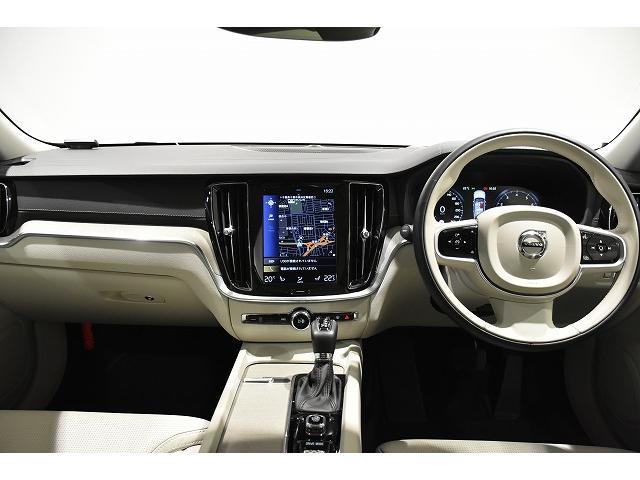 VOLVOらしさの一つ、モダンな内装と自然の素材を多く使用した落ち着きのある車内。