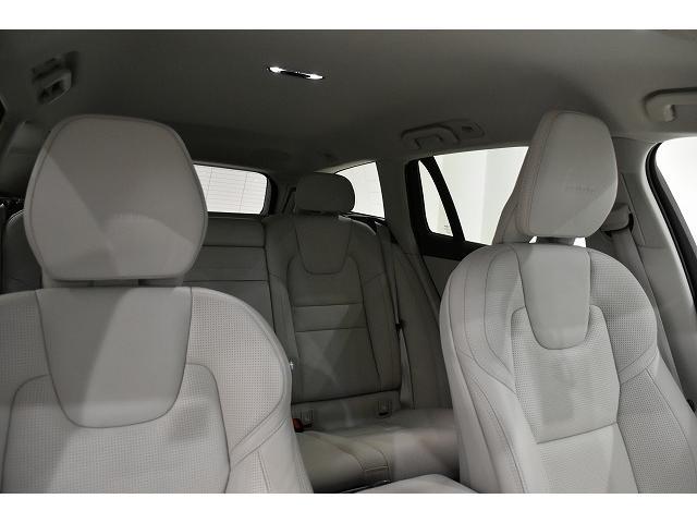 ヘッドクリアランスも十分なV60の車内空間 ブロンドの内装が車内を明るくします。