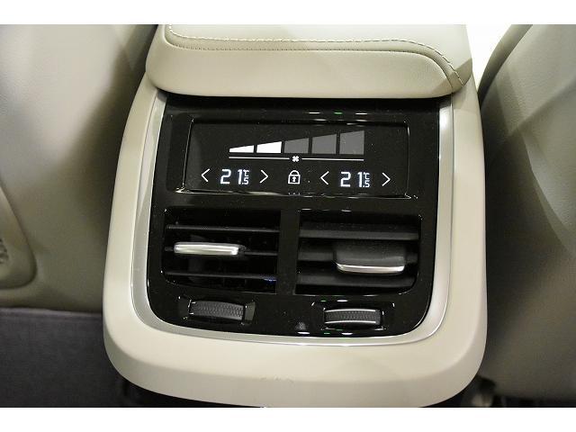 リアシート用のエアコン操作パネルが装備されています