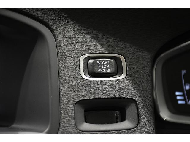 エンジンスタート/ストップスイッチはメーター左側です。ブレーキを踏んでプッシュでスタート!
