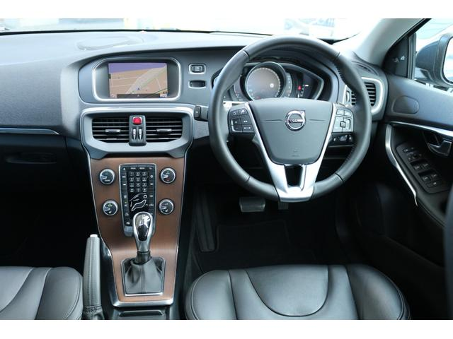 センタースタックのスイッチ類は助手席からの操作もしやすい設計です。オーディオ、ナビゲーションの操作のほとんどはステアリングスイッチでの操作も可能です。