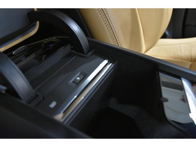 前席アームレスト内にCD挿入口、USBポートがございます。携帯電話の充電から、iphone.iPodの接続では車両から音楽を流すことも可能です。