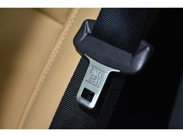VOLVOの90シリーズにはシートベルト金具に、3点式シートベルトを世界に先立ち開発した1959年の刻印がございます。