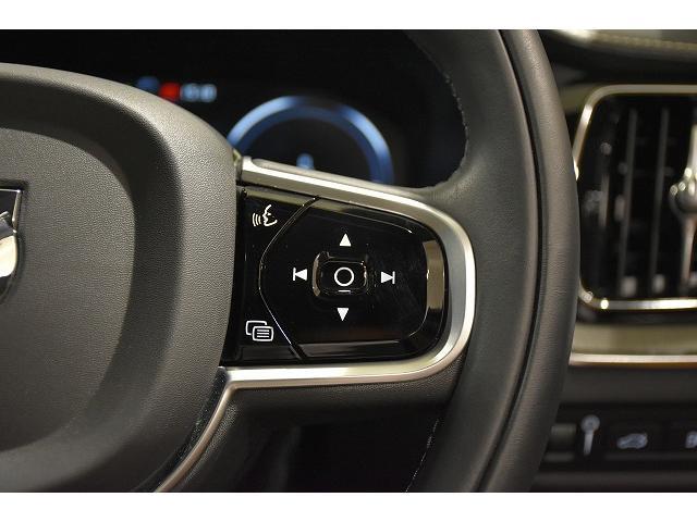 右側のステアリングスイッチは、ボイスコントロール、オーディオコントロールスイッチが備わります。