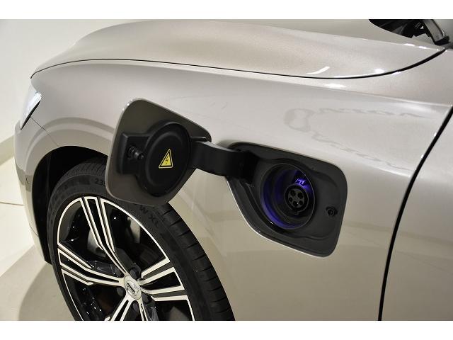 PHEVですので、充電時のプラグは左フロントフェンダーから行います。