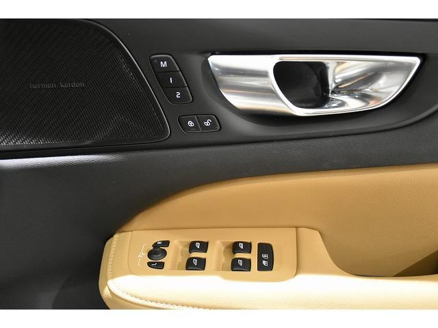 運転席ドアパネルのパワーウインドースイッチは直視しなくても感覚で操作が可能な安全に配慮されたスイッチです。