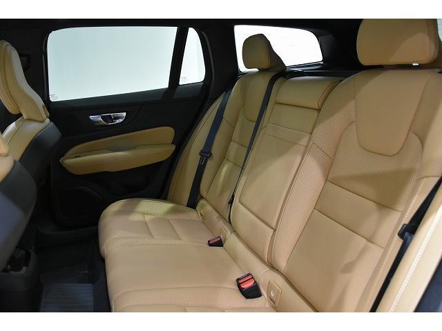 フロント席と同様に背もたれの高さを十分取ったリアシート。長距離ドライブでも疲れにくいのはリア席も同じです。