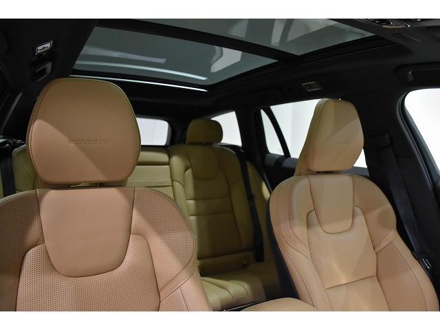 シックなチャコールの内装に、明るいアンバーのレザーシートが、車内を華やかな印象にいたします。