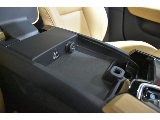 前席アームレスト内にUSBポートがございます。携帯電話の充電から、iphone.iPodの接続では車両から音楽を流すことも可能です。