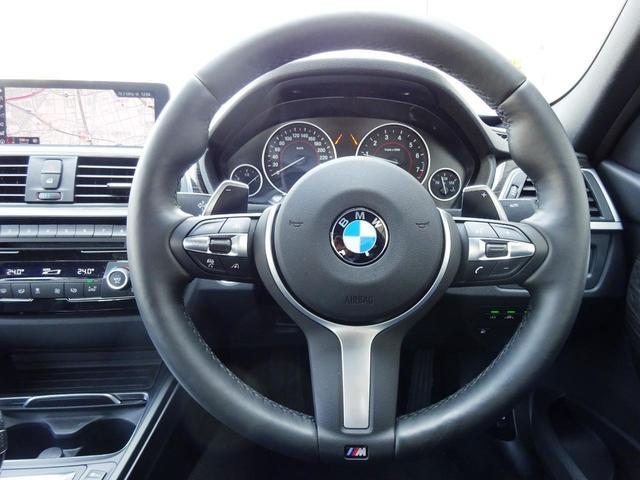 ハンドルの右側についているボタン群でオーディオの操作が可能です。メーター中央に曲順等が表示されるので、運転中でも安全に簡単に操作できます。