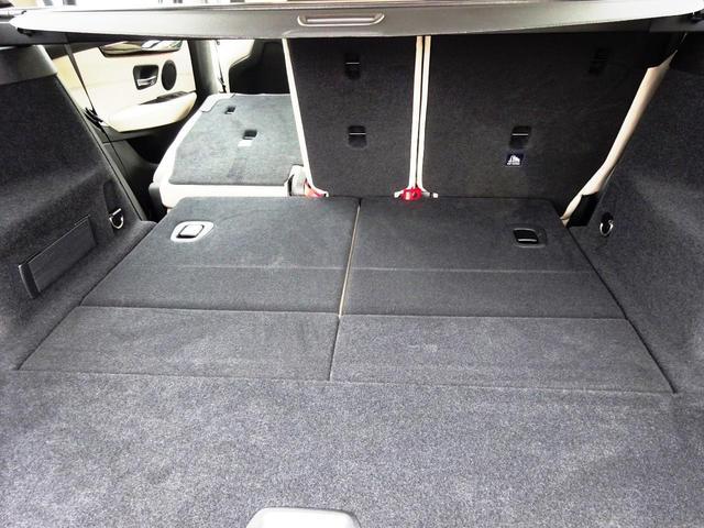 可倒式リアシートの背もたれを倒すことで、フロントシート背面までほぼ平らになります。左右分割で倒せるので、お客様の用途や状況に合わせて自由に調整可能です。