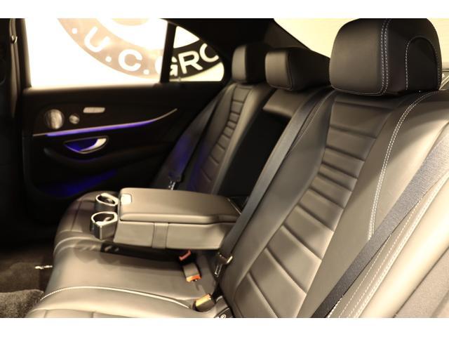 リアシートは広々としており、膝周りも圧迫感もないのでゆったりとした時間をお過ごし頂けます!冬場でも快適にお過ごし頂けるシートヒーターも搭載!