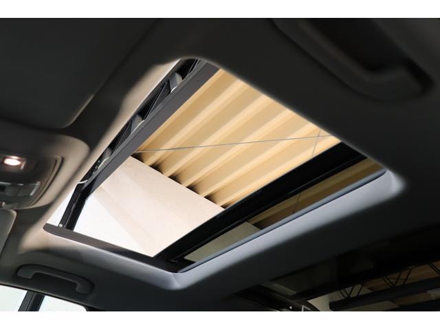 開放感を与える明るい室内を演出するパノラミックガラススライディングルーフを搭載!電動サンシェード機能も搭載し、快適なカーライフをサポートします!