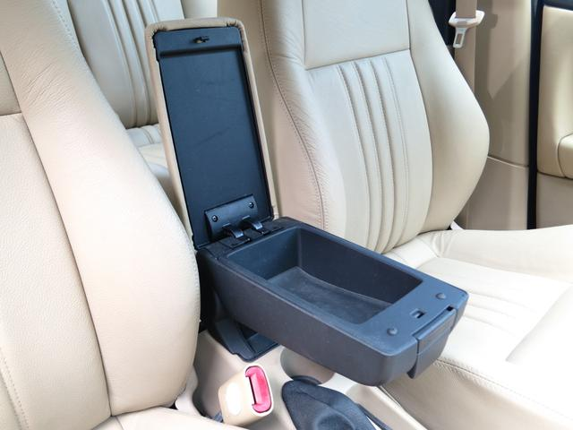 ホワイトスティッチサンドベージュ本革レザー専用シートヒーター付センターコンソールにカップホルダーと小物入れ・肘掛け・サイドブレーキレバー、ミッションのCITY(オートマチック)モード切替スイッチが装備