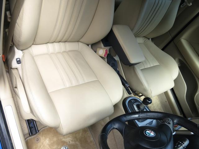 ほぼ未使用状態の座面は広く程よいホールド感のある座り心地の良いホワイトステッィチシート禁煙で使用感無く綺麗な状態をキープ、目立つ傷や焼け焦げ、破れは一切御座いません寒い日の必需品シートヒーターも装備