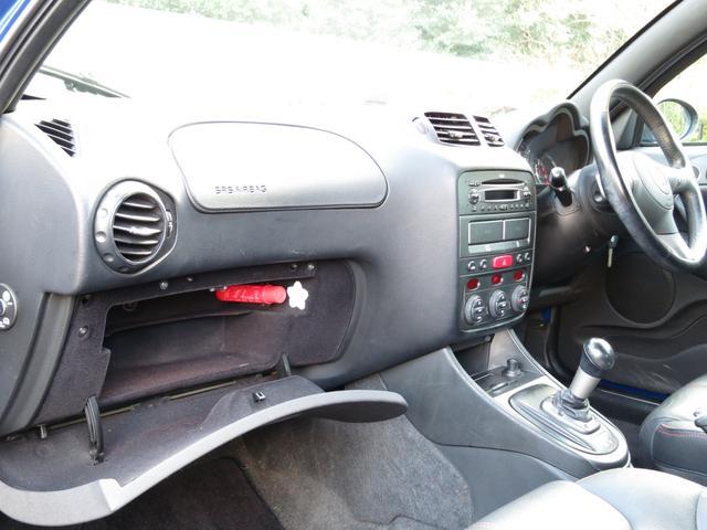 上部エアバッグ下部グローボックスには発煙筒に車検証収納スペースが御座いますアグレッシブでレーシーな統一感極るブラックデザインが印象的最終スペチアーレスポーツ専用ブラックイタリアンデザイン本革インテリア