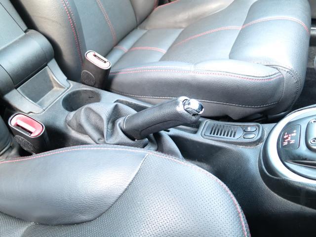 スペチアーレスポーツ専用レッドステッィチ本革シート張りが有り使用感無グッドコンディション、センターコンソールにカップホルダーと小物入ブレーキレバー、ミッションCITY(オートマ)モードの切替スイッチ付