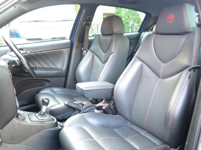 ドアを開閉し乗車時にまず目に飛び込む使用感の無ブラック本革シートやデザインパネル、内装へと続くシックな統一感極まるブラックイタリアンインテリアはエレガントでスマートなスタイルのジウジア-ロデザインカー