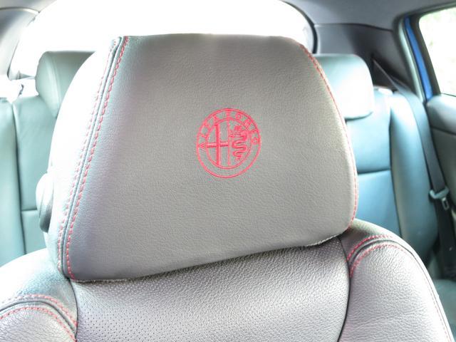 ヘッドレストにも細かなイタ車らしいオシャレが施されますシートと同色レッドスティチのアルファロメオエンブレム刺繍、飾らないオシャレは大人の魅力を引き出すアイテムです。細部に拘り作り込むセンスには脱帽です